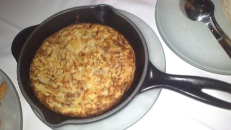Tortilla de patata con cebolla caramelizada y aceite de trufa. Palacio de Anglona