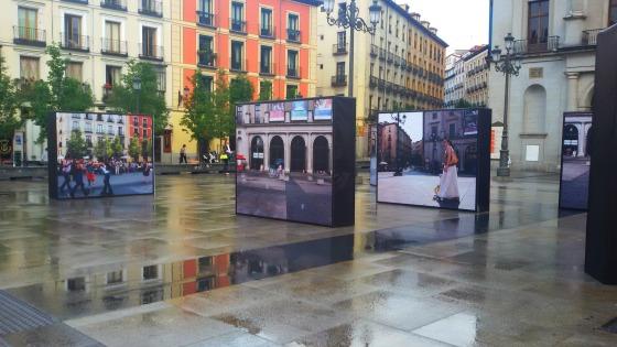 Las Fotografias Toman La Plaza De Opera Un Sereno Transitando La