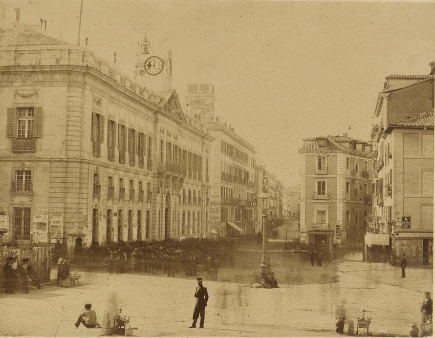 Puerta del Sol de Madrid en 1857 de Charles Clifford, 1857. BNE, 17/32/60