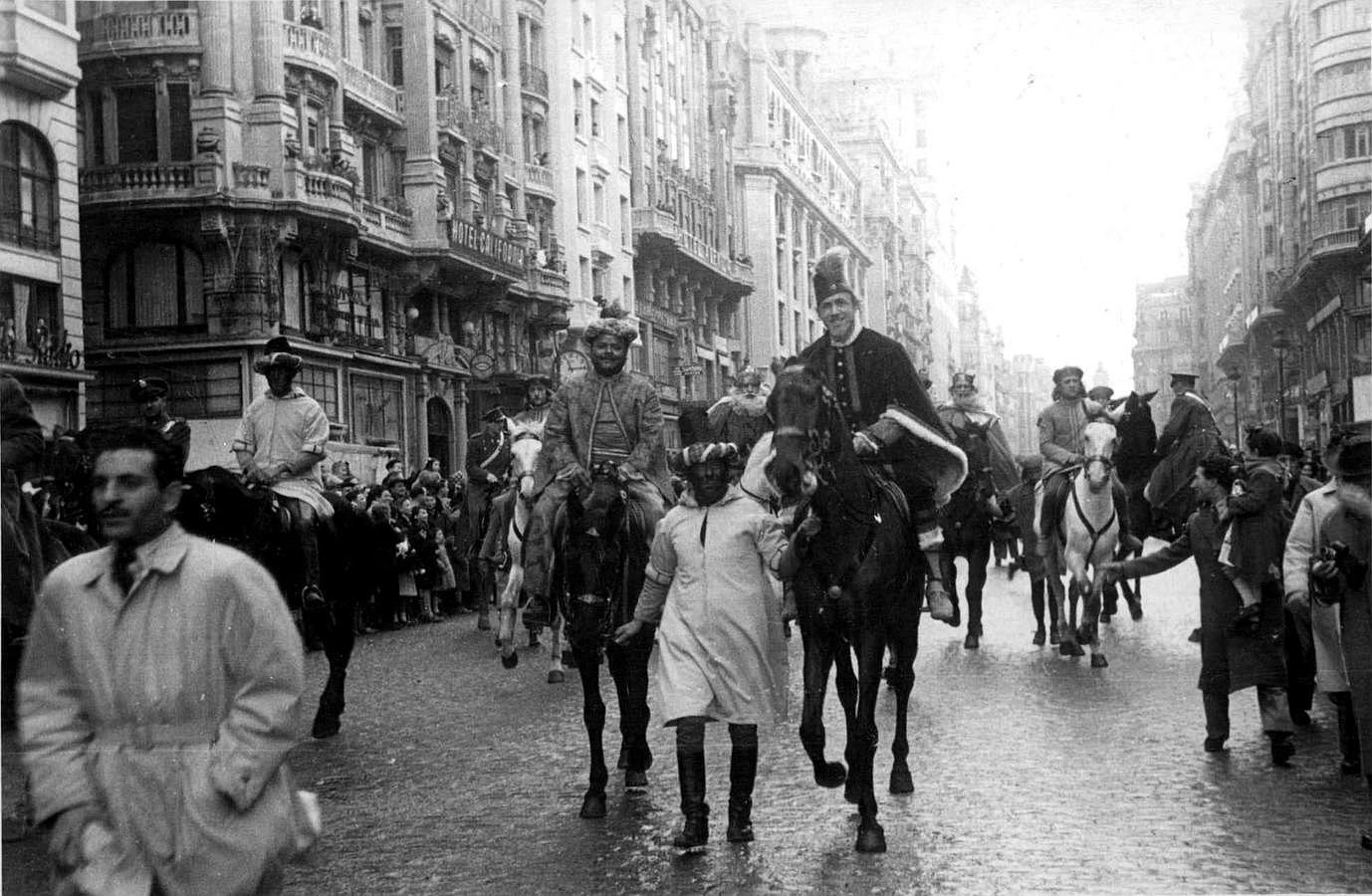 Madrid, 06/01/1948. Cabalgata de Reyes Magos celebrada en la mañana del 6 de enero de 1948