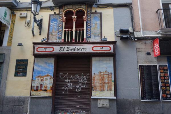 Adiós a los azulejos de 'El burladero' de la calle Echegaray